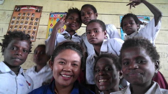 Diana Da Costa bersama dengan siswa di SD Kaibusene, Kabupaten Mappi, Provinsi Papua. (Liputan6.com/Katharina Janur/Diana Da Costa)