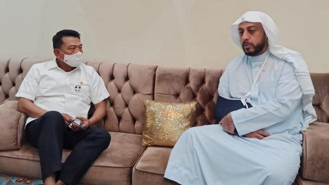 Moeldoko saat menjenguk Syekh Ali Jaber (Foto: KSP)