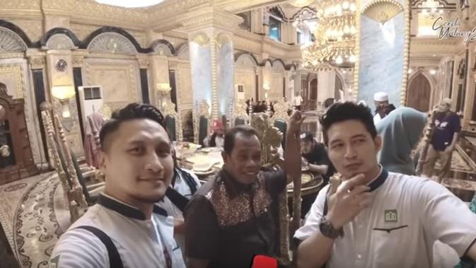 Arie K Untung berkesempatan mengunjungi rumah berlapis emas di Palu, Sulawesi Tengah (Dok.YouTube/Cerita Untungs)
