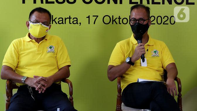 Menteri Perindustrian sekaligus Ketua Penyelenggara HUT Partai Golkar Agus Gumiwang Kartasasmita (kanan) bersama Sekjen Partai Golkar Lodewijk Freidrich Paulus (kiri) memberi keterangan terkait HUT ke-56 Partai Golkar di Jakarta, Sabtu (17/10/2020). (Liputan6.com/Johan Tallo)