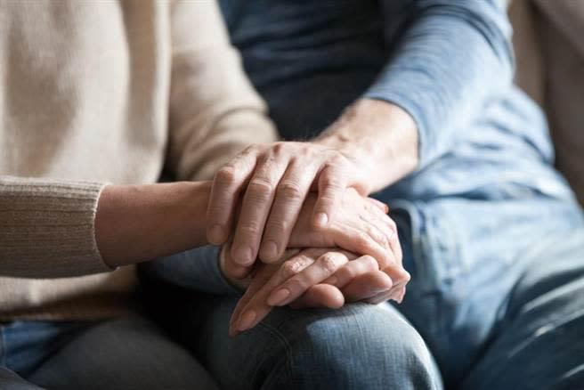 醫師指出,由於失智症是一種持續性衰退的疾病,家屬要避免對長者有過度的期待,認為讓長者回到現實才是對的。(達志影像/shutterstock)