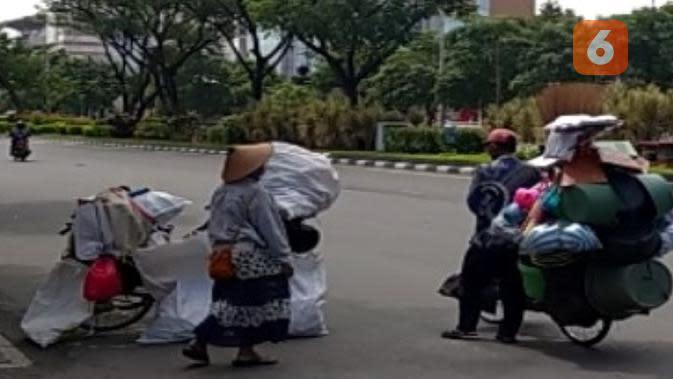 Untuk membedakan manusia karung asli dan pengemis yang menyaru korban pandemi corona bisa dilihat dari jumlah karung dan isinya. (foto: Liputan6.com/edhie prayitno ige)