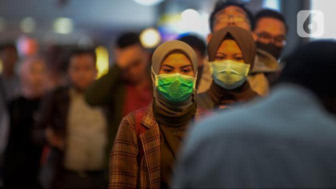Calon penumpang kereta api mengenakan masker saat berada di Stasiun Gambir, Jakarta Pusat, (merdeka.com/Imam Buhori).