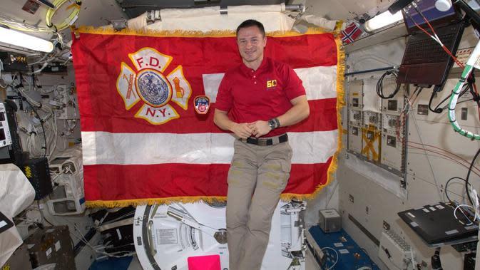 Bendera pemadam kebakaran New York dipasang di dalam laboratorium ISS yang mengorbit. (NASA)