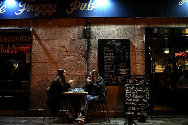 Restaurants to stay open, but Paris goes on maximum virus alert