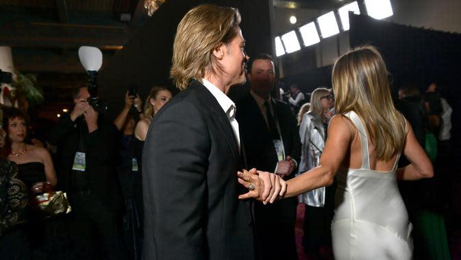 Brad Pitt dan Jennifer Aniston saling menyapa pada SAG Awards 2020 di Shrine Auditorium, Los Angeles, Minggu (19/1/2020). Brad Pitt dan Jennifer Aniston terlihat berinteraksi di hadapan kamera awak media untuk pertama kalinya sejak bercerai pada 2005 lalu. (Emma McIntyre/Getty Images for Turner/AFP)