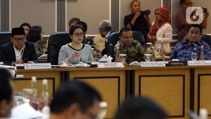 Ketua DPR Puan Maharani (kedua kiri), Wakil Ketua DPR Rachmad Gobel, Sufmi Dasco, dan Muhaimin Iskandar memimpin rapat kerja gabungan antara Menko PMK, Menteri Keuangan, Menteri Kesehatan, dan Menteri Sosial dengan DPR di Kompleks Parlemen, Jakarta, Selasa (18/2/2020). (Liputan6.com/Johan Tallo)