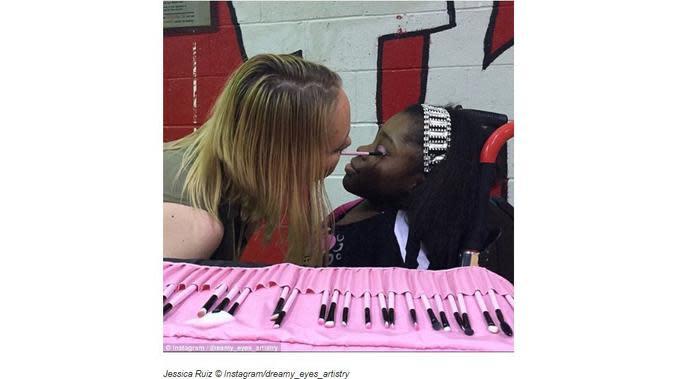 Dengan kondisinya sebagai seorang disabilitas, Jessica Ruiz justru terampil merias wajah dengan menggunakan mulutnya. (Merdeka.com)