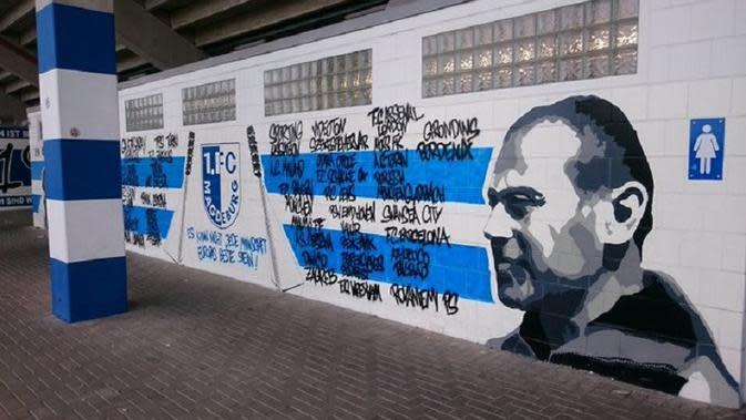 Grafiti di dalam markas FC Magdeburg yang kini dinamakan Heinz Krugel Stadion. (Twitter)