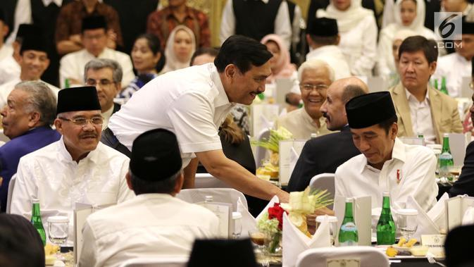 Menko Maritim Luhut Binsar Panjaitan bersalaman dengan Presiden Joko Widodo saat menghadiri undangan buka puasa bersama di Jakarta, Rabu (14/5/2019). Acara buka puasa tersebut dihadiri sejumlah tokoh-tokoh dan petinggi partai politik. (Liputan6.com/Johan Tallo)