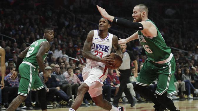 Penggawa Los Angeles Clippers Lou Williams (tengah) beraksi pada laga NBA melawan Boston Celtics di Staples Center, Senin (11/3/2019) atau Selasa WIB. (AP Photo/Jae C. Hong)