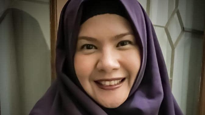 Theresia Ebenna kini tampil cantik dengan hijab setelah mantap berhijrah. (Sumber: Kapanlagi/Instagram/@teretorial)