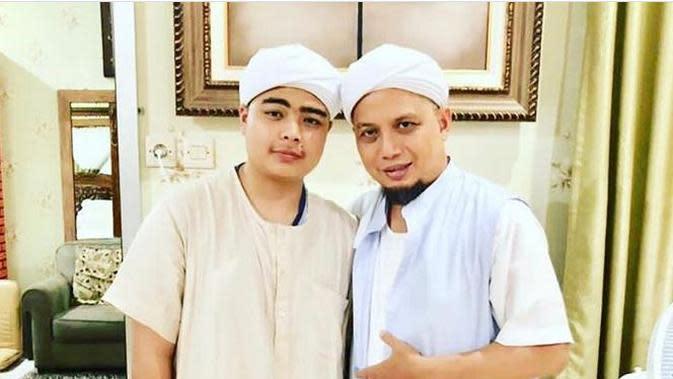 Mendiang Ustaz Arifin Ilham dan putranya (Foto: Instagram/@ameer_azzikra)