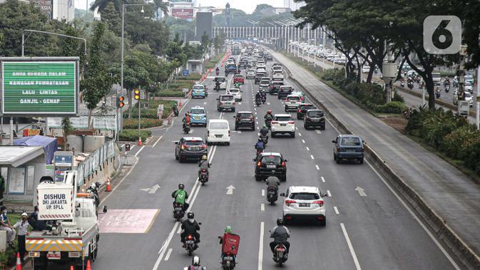 Kendaraan melintas di Jalan Jenderal Sudirman, Jakarta, Kamis (10/7/2020). Pemerintah Provinsi DKI Jakarta kembali tiadakan aturan ganjil genap berdasarkan nomor polisi kendaraan seiring penerapan pembatasan sosial berskala besar (PSBB), Senin (14/9/2020). (Liputan6.com/Faizal Fanani)