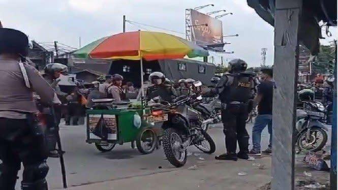 Viral Polisi Pakai Rompi Anti Peluru Bawa Gerobak Jualan Cireng