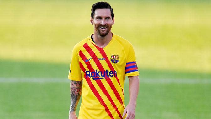 Kapten Barcelona, Lionel Messi, tersenyum saat pertandingan melawan Gimnastic pada laga uji coba di Johan Cruyff Stadium, Minggu (13/9/2020). Barcelona menang dengan skor 3-1. (AFP/Pau Barrena)