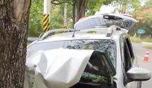 男子駕車載媽媽外出失控撞路樹 1死1傷 (圖)