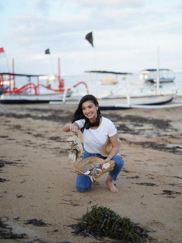 Potret Raline Shah Lakukan Bersih Pantai. (Sumber: Instagram/ralineshah)
