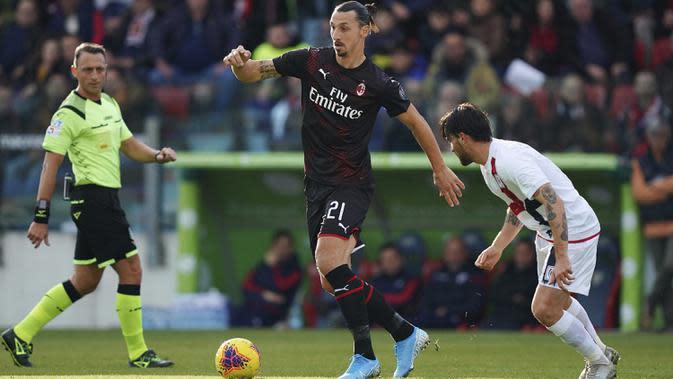 Penyerang AC Milan, Zlatan Ibrahimovic menggiring bola dari kawalan pemain Cagliari selama pertandingan Liga Serie A Italia di Sardegna Arena (11/1/2020). Ibrahimovic mencetak gol dimenit ke-64 dan merupakan gol perdananya di AC Milan musim ini. (Spada(/LaPresse via AP)