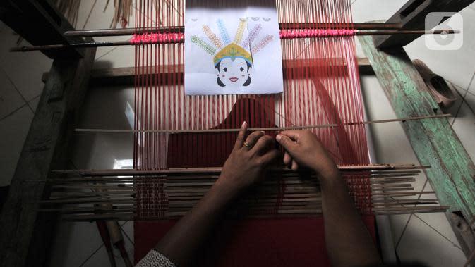Warga menyelesaikan pembuatan tenun bertema ondel-ondel saat Pelatihan Tenun Betawi di Rusun Jatinegara Barat, Jakarta, Rabu (6/11/2019). Dewan Kerajinan Nasional Daerah (Dekranasda) DKI Jakarta berharap pelatihan Tenun Betawi ini bisa meningkatkan pemberdayaan ekonomi warga secara mandiri. (merdeka