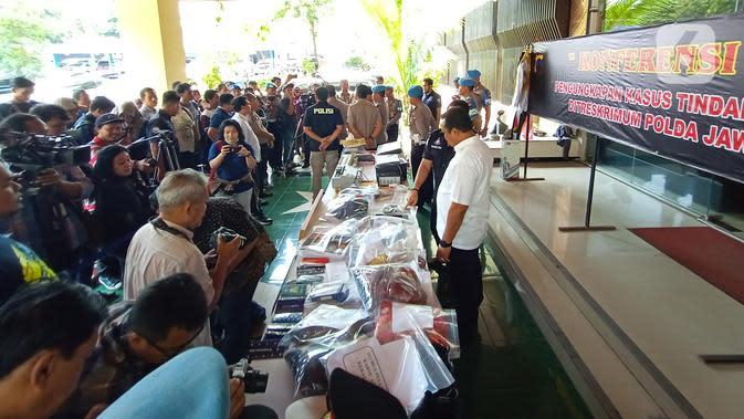 Polisi menunjukkan barang bukti kasus Keraton Agung Sejagat saat konferensi pers di Polda Jawa Tengah, Semarang, Rabu (15/1/2020). Barang bukti yang disita di antaranya kartu identitas hingga dokumen palsu kartu anggota Keraton Agung Sejagat. (Liputan6.com/Gholib)