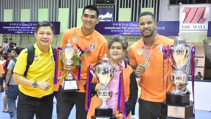 Rivan Nurmulki membawa klub bola voli Nakhon Ratchasima meraih gejar juara Thai-Denmark Super League 2019. (foto: Instagram @rivannurmulki)