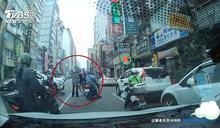 分神瞄一眼車禍 收費員遭違停駕駛擊落