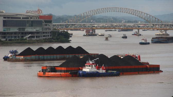 Pemandangan antrean batu bara terlihat di Sungai Mahakam, persisnya di Kota Samarinda, Kalimantan Timur. Sudah sepekan terakhir puluhan kapal tongkang batu bara berjajar di sepanjang aliran sungai. (Liputan6.com/ Abdul Jalil)