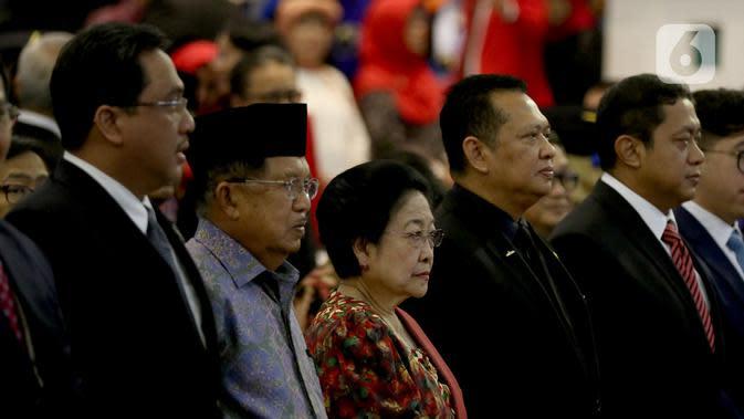 Presiden ke-5 RI Megawati Soekarnoputri bersama Wapres ke-10 dan 12 Jusuf Kalla menghadiri acara penganugerahan gelar kehormatan Doktor Honoris Causa Dr. HC. Puan Maharani dari Universitas Diponeoro, Semarang, Jawa Tengah, Jumat (14/2/2020). (Liputan6.com/Johan Tallo)