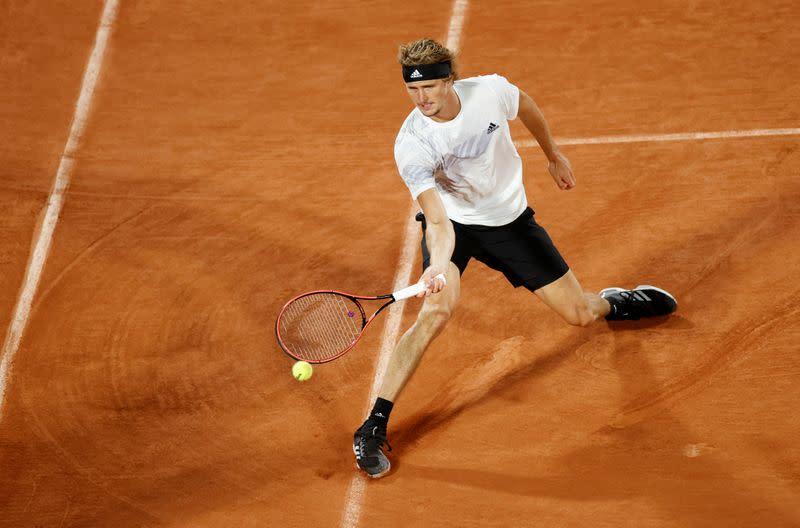 Zverev powers past Cecchinato into French Open last 16