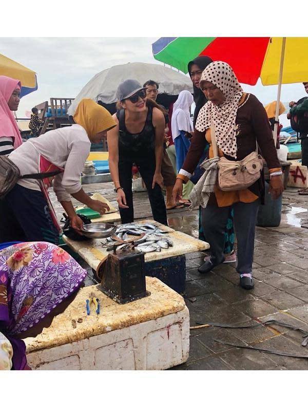 Artis senior yang beberapa tahun ini tinggal di Bali, Tamara Bleszynski salah satu artis yang gemar mengunjungi pasar tradisional. Perempuan dua orang anak itu sering blusukan ke pasar tradisional di daerah Bali. (Sumber: Instagram/tamarableszynskiofficial)