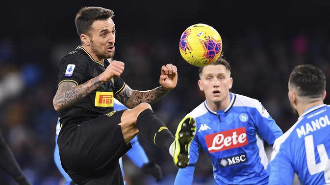 Gelandang Inter Milan, Matias Vecino mengontrol bola dari kawalan pemain Napoli pada pertandingan lanjutan Liga Serie A Italia di stadion San Paolo Naples (6/1/2020). Inter menang 3-1 atas Napoli. (Cafaro/LaPresse via AP)