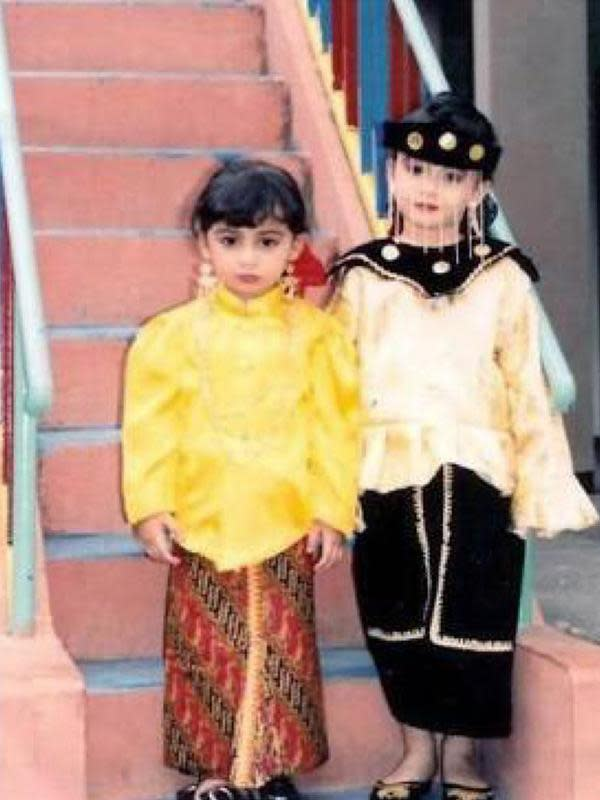 Potret cantik anak selebriti Mark Sungkar dan Fanny Beauty. Keduanya kompak mengenakan busana adat. (Instagram/shireensungkar)