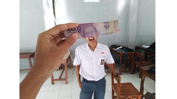 6 Potret Kocak Gabungan Wajah Orang dan Uang Kertas Ini Bikin Tepuk Jidat (sumber: Twitter.com/inteskydude)