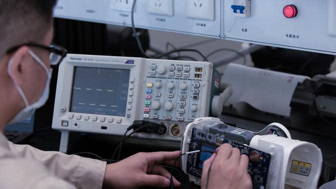 Seorang teknisi menguji sebuah ventilator di pusat penelitian dan pengembangan Jiangsu Yuyue Medical Equipment & Supply Co., Ltd. di Danyang, Provinsi Jiangsu, China timur, (2/4/2020). (Xinhua/Lin Kai)v