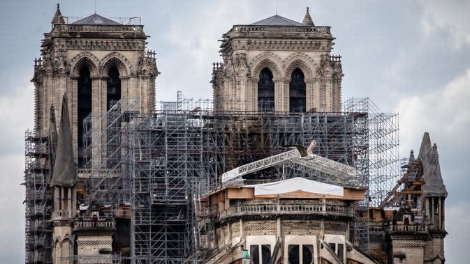 Kondisi Katedral Notre-Dame yang tengah dipugar di Paris, Prancis, Senin (27/4/2020). Renovasi Katedral Notre-Dame dilanjutkan kembali setelah sempat dihentikan sejak 17 Maret lalu akibat epidemi COVID-19. (Xinhua/Aurelien Morissard)