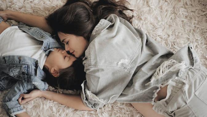 Meskipun anak keduanya akan segera hadir, namun di foto ini Sabai tetap memperlihatkan rasa kasih sayangnya terhadap anak pertamanya, Bjorka. Keduanya masih mengenakan baju denim dan seakan tengah tertidur pulas. (Instagram/sabaidieter)