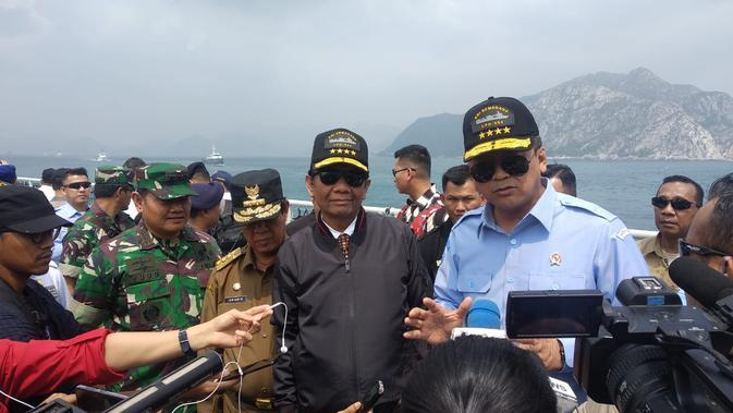 Menko Polhukam Mahfud Md meninjau situasi keamanan di Laut Natuna, Rabu (15/1/2020). (Putu Merta Surya Putra/Liputan6.com)