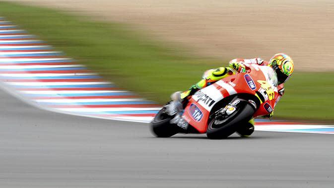 The Doctor bersama motor warna merah yang khas tim Ducati pada tahun 2011. (EPA/Filip Singer)