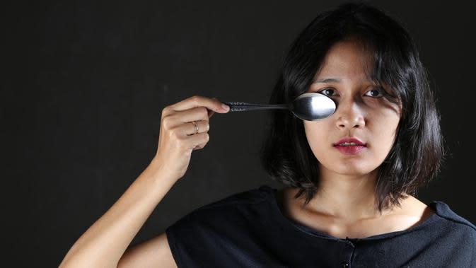 Hilangkan mata panda dengan sendok dingin. (Daniel Kampua/Bintang.com)