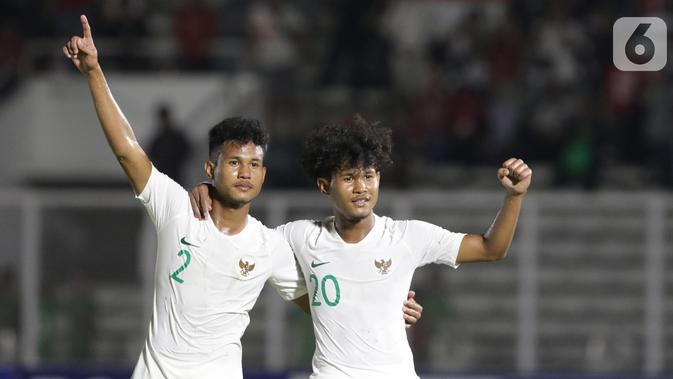 Pemain Timnas Indonesia U-19, Amiruddin Bagus Alfikri (kanan) bersama Amiruddin Bagas Arrizqi merayakan kemenangan atas Hong Kong pada laga kualifikasi Grup K Piala AFC U-19 2020 di Stadion Madya Gelora Bung Karno, Jakarta, Jumat (8/11/2019). Indonesia unggul 4-0. (Liputan6.com/Helmi Fithriansyah)