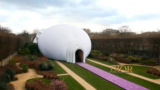 Konsep panggung yang merupakan instalasi seni.