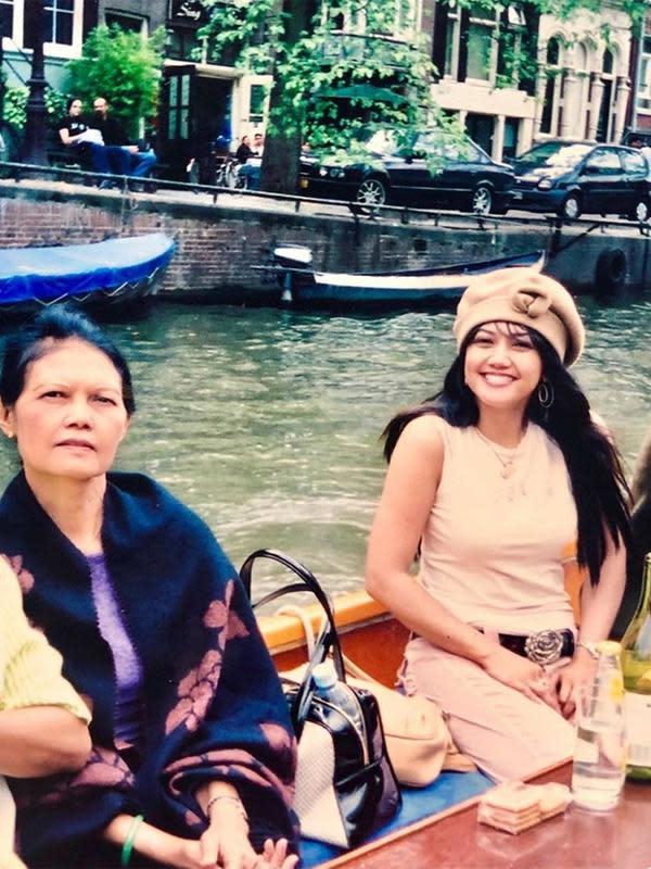 Potret nostalgia naik perahu bersama ibundanya. Tampak, Bella terseyum ke arah kamera.