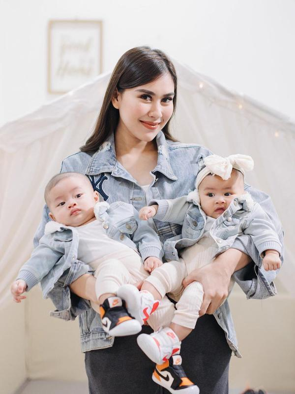 Syahnaz Sadiqah bersama suami dan anak kembarnya lakoni pemotretan. (Sumber: Instagram/@syahnazs)