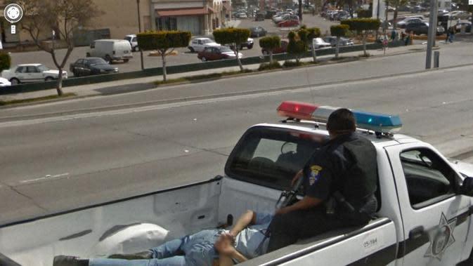 Penangkapan dengan kekerasan (Jon Rafman/Google Street View)