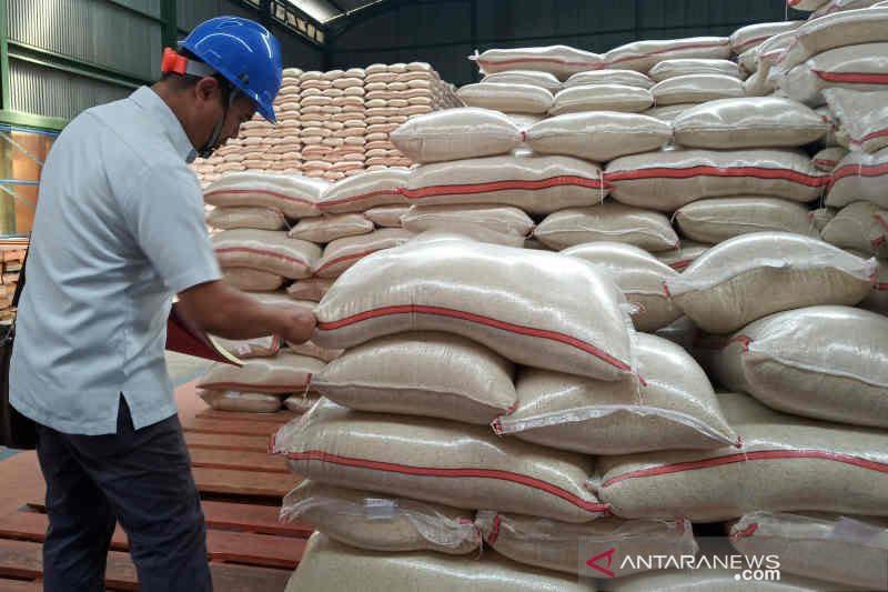 Stok beras Bulog Cirebon aman sampai 2021