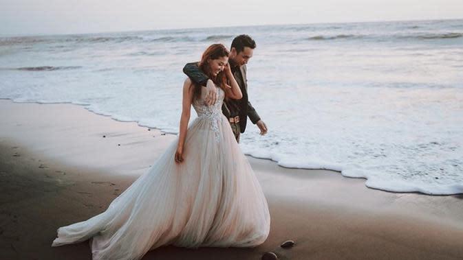 Bintang sinetron Anak Langit, Gerald Yohanes jalani preweding dengan Mezty Mez di hamparan sawah hingga pinggir pantai. (Sumber: Instagram/@geraldyohanes)
