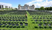 為難民抗議 德國國會外社運人士擺1萬3千空椅