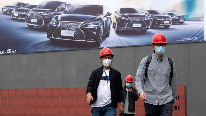 Para pekerja bersiap untuk pameran Auto China 2020 yang akan digelar di Beijing, Kamis (24/9/2020). Menandai bangkitnya kembali industri otomotif negara dengan penduduk terbanyak di dunia ini, China mengumumkan siap menggelar Auto China 2020. (AP Photo/Ng Han Guan)
