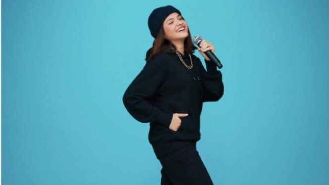 Biar Makin Kece dan Ceria, Contek 7 Tips Padu Padan Sweater ala Artis
